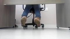 Tirando a Melissa escondida no escritorio