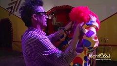 Im Zirkus Conny fickt den Clown