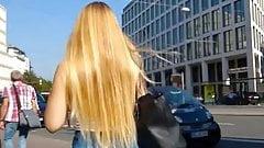 Une blonde, un jean, un cul, un voyeur