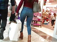 Sexy Mil walking in her tight jeans