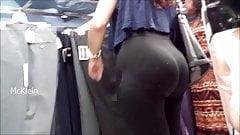 Culona rica en leggings negros