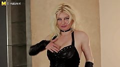 Blonde mature nympho mom playing with her pussy