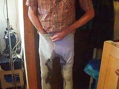 Mit steifen Schwanz in die Wohnung gepisst