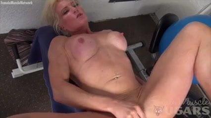 Mature mandyxxx masturbates
