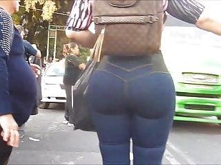 Latina Prallarsch auf der Strasse, gran culo en jeans!