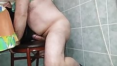 Maduro gordo follando una silla