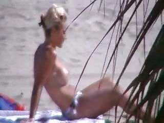 femme nue qui fait pipi et caca dans la foret