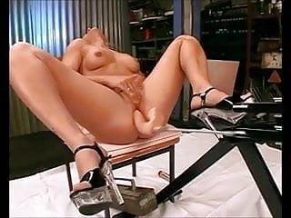 Bianca liebt es von einer Maschine durchgefickt zu werden