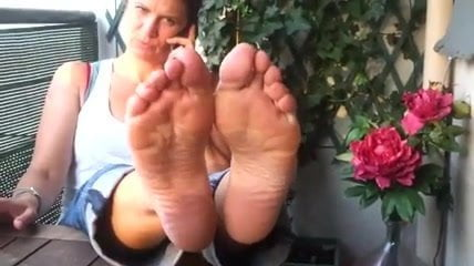 FOOT FETISH Nina Yo shows her sexy legs and bare feet
