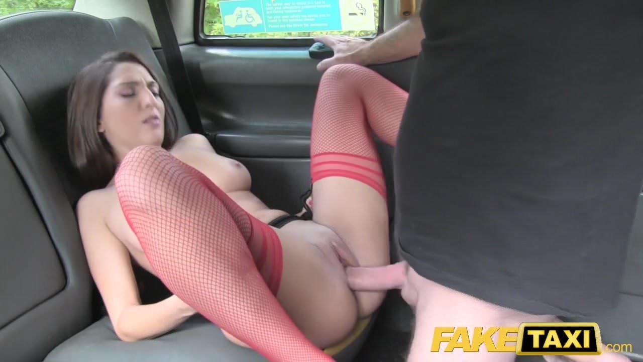 latinki-seks-v-taksi-rizhaya-devushka-negr