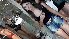 novinha descarada mostrando a polpinha com seu minishortinho
