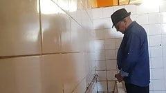 Grandpa spy toiilet 03