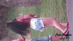 moreninha exibida rebolando ao ar livre