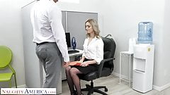 Naughty America - Kelly shows the boss how good her oral ski