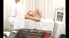 Examen medico a jovencito