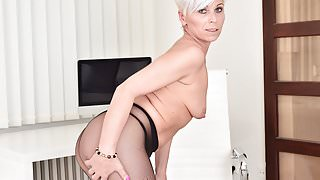 Euro milf Kathy White gives her pantyhosed pussy a treat's Thumb