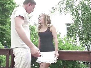 Teeny Caren fickt den Vermieter wegen Schulden im Garten