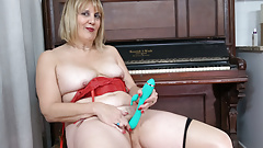 Florida milf Rebecca lets a dildo do its job