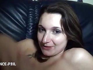 Petite brunette se fait ramoner le cul dans un plan a 3