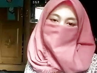Hijab Muslim Girl Show Her Body