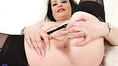 UK mom Sarah Kelly feeding her hungry pussy