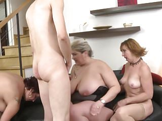 Download video bokep MOM mom and MOM sharing the only SON Mp4 terbaru