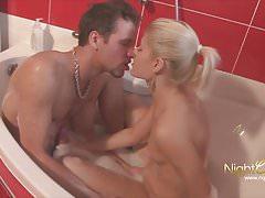 Teen wird in der badewanne gefickt