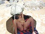 Lisa se masturbe sur une plage publique