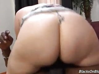 Phat-assed white girl gets her first BBC