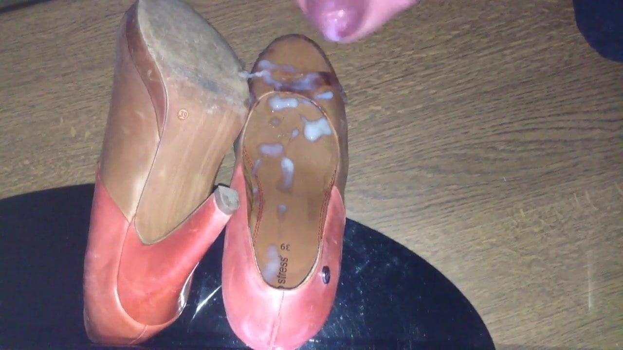показывает свои изношенные потные туфли мужики
