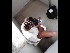 branles et jutes dans les wc