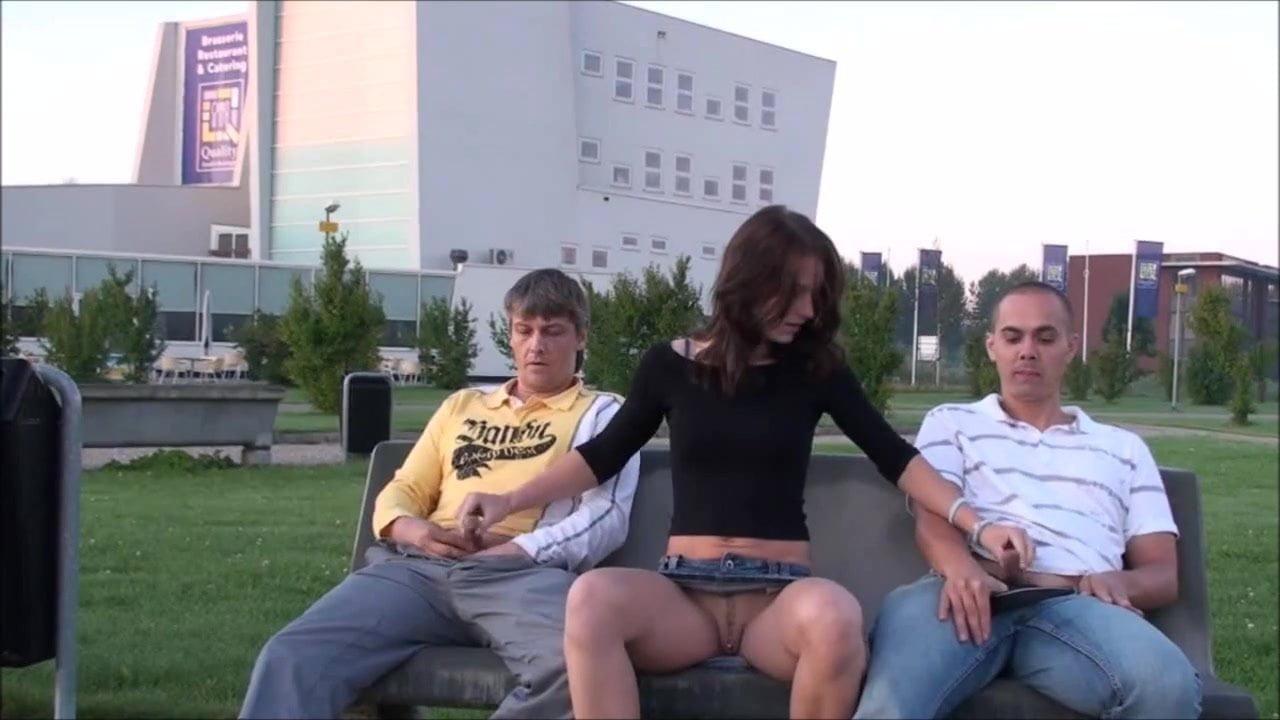 эмоциональные реакции девушка трогает член на улице любительский