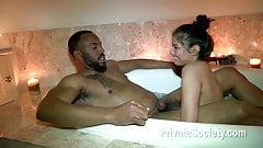 Mit einem schwarzen Mann baden