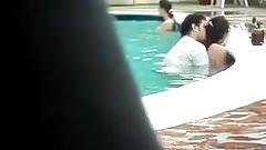 Elle se fait sauter dans la piscine
