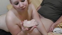 Rothaarige Fettsau isst Leberwurstbrot mit Wichse!