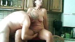 opa verwent zijn vrouw in de keuken