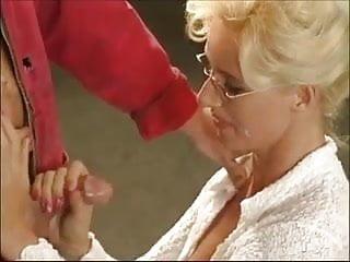 blonde schlampe beim Mechaniker