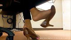 Dangling - Fétichisme pieds - Au bureau - Vends-ta-culotte