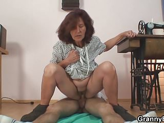 Download video bokep Sewing old granny and young dude Mp4 terbaru