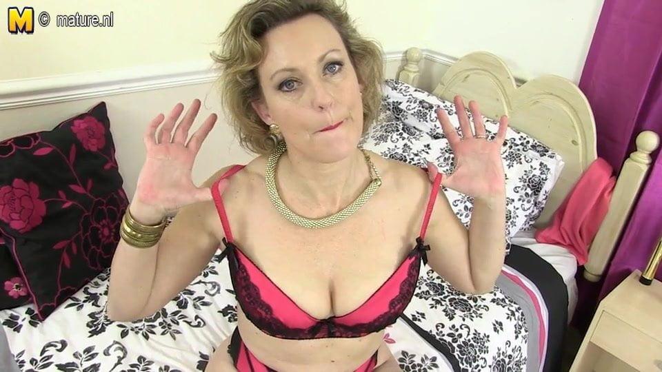 Classy British Housewife Showing off Her Goods: HD Porn de
