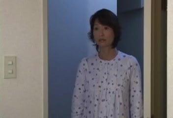 里中亜矢子 家庭教師ともセックスをする息子にセックスを強要されて近親相姦してしまうお母さん