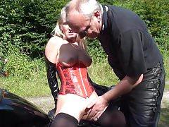 Rattige MILF melkt draussen Schwanz von altem Biker!