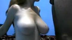 bonde aux gros seins lourds suce en cam
