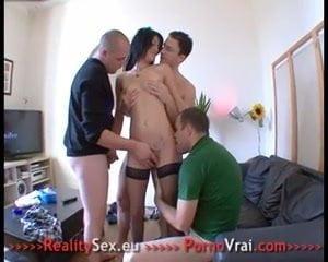 Etudiante super chaude baise 1ere fois avec 3 mecs!