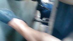 Upskirt bajo la falda en el metro
