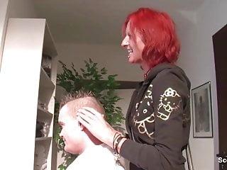 Skinny Friseurin fickt mit ihrem Kunden fuer extra Trinkgeld