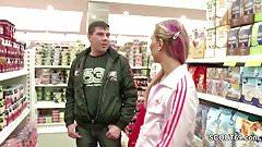Teeny fickt direkt im Kaufhaus fuer ein kleines TG