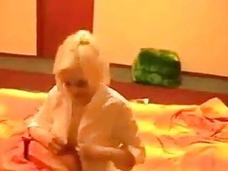 Blondine Heiss auf dem Bett