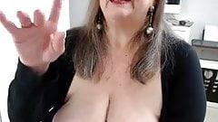 Grosse et vieille salope se branle en webcam.