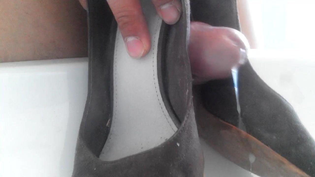 показывает свои изношенные потные туфли сиськи